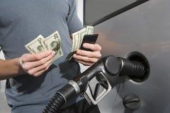 Mi section d'un homme comptant l'argent Photo stock