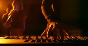 Mi section de musicien jouant le piano électronique dans le studio clips vidéos