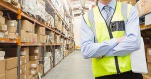 Mi section de travailleur se tenant avec des bras croisés Photo stock