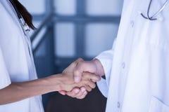 Mi section des médecins se serrant la main image libre de droits