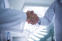 Mi section des médecins se serrant la main dans le couloir photo libre de droits