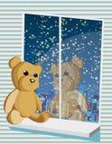 Miś siedzi na okno Zdjęcia Royalty Free