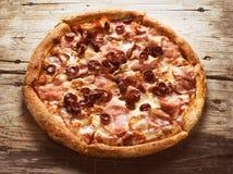 Mięsna pizza na drewnianym tle Obrazy Royalty Free
