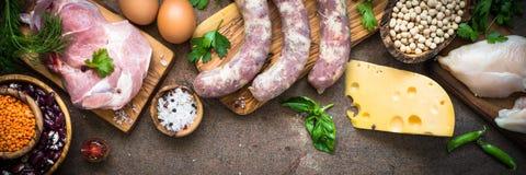 Mięsne serowe fasole i warzywa na zmroku kamienia stole Zdjęcie Stock