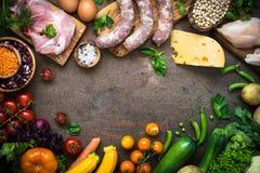 Mięsne serowe fasole i warzywa na zmroku kamienia stole Obrazy Stock