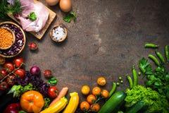 Mięsne serowe fasole i warzywa na zmroku kamienia stole Zdjęcia Royalty Free