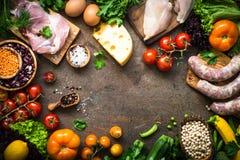 Mięsne serowe fasole i warzywa na zmroku kamienia stole Fotografia Royalty Free