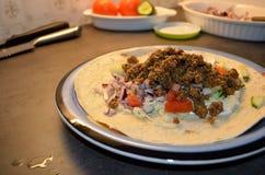 Mięsnego taco obiadowy talerz na kuchennym stole Zdjęcie Royalty Free