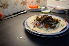 Mięsnego taco obiadowy talerz na kuchennym stole Zdjęcie Stock