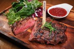 Mięsny stek na drewnianej desce Zdjęcia Royalty Free