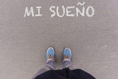 MI-sueno, spanischer Text für meinen Traumtext auf Asphaltboden, Füße Lizenzfreie Stockfotografie