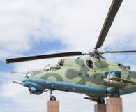 Mi24V在垫座侧视图的直升机 免版税库存照片