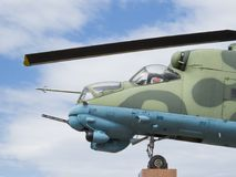 Mi24V在垫座侧视图的直升机 免版税图库摄影