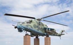 Mi24V在垫座侧视图的直升机 库存图片