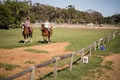 Mi vue éloignée d'équitation femelle d'amis Image libre de droits