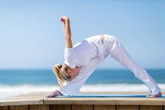 Mi yoga de femme d'âge photo libre de droits