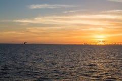 Miami au coucher du soleil avec le bateau de croisière sur l'horizon Photo stock