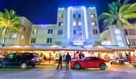 MIAMI BEACH - 25-ОЕ ФЕВРАЛЯ 2016: Туристы наслаждаются nighttime в Oc Стоковое Изображение RF