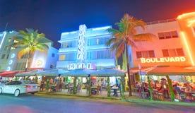 MIAMI BEACH - 25-ОЕ ФЕВРАЛЯ 2016: Туристы наслаждаются nighttime в Oc Стоковые Изображения RF