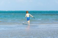 Активный мальчик маленького ребенка имея потеху на Miami Beach, Кеы Бисчаыне Счастливый милый ребенок бежать около океана на тепл стоковая фотография rf