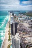 Miami Beach del norte según lo visto del helicóptero Rascacielos a lo largo del Fotografía de archivo