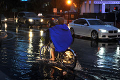 MIAMI BEACH, FL - 18-ОЕ ИЮЛЯ: Автомобили двигая дальше затопленные улицы и дороги пляжа Майами южного после проливных дождей Стоковые Фотографии RF