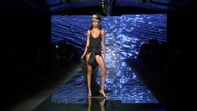 MIAMI BEACH, FL - 12-ОЕ ИЮЛЯ: Модель идет взлётно-посадочная дорожка для Baes и бикини плавают во время моды Paraiso справедливо  сток-видео