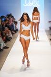MIAMI BEACH, FL - 22-ОЕ ИЮЛЯ: Модель идет взлётно-посадочная дорожка на выставку заплыва Lolli во время заплыва 2014 недели моды М Стоковые Фотографии RF