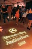 MIAMI BEACH, FL - 18 DE JULIO: Las huéspedes asisten a Mercedes-Benz Fashion Week Swim 2014 oficial golpean apagado el partido con Imagen de archivo libre de regalías