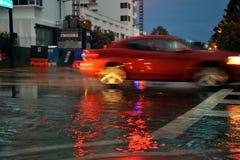 MIAMI BEACH, FL - 18 JUILLET : Voitures déplaçant les rues et les routes dessus inondées de la plage du sud de Miami après forte p Photographie stock libre de droits