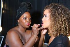 MIAMI BEACH FL - JULI 21: En modell förbereder sig i kulisserna på aet Show för Z Araujo Arkivbild
