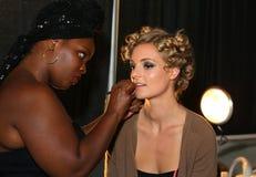 MIAMI BEACH FL - JULI 21: En modell förbereder sig i kulisserna på aet Show för Z Araujo Royaltyfri Fotografi