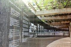 Miami Beach, FL, los E.E.U.U. - 10 de enero de 2014: Pared conmemorativa del granito negro en el monumento del holocausto de Miam Foto de archivo libre de regalías