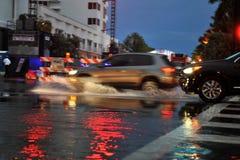 MIAMI BEACH, FL - 18 LUGLIO: Automobili che muovono le vie e le strade sopra sommerse della spiaggia del sud di Miami dopo le piog fotografia stock