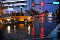 MIAMI BEACH, FL - 18 LUGLIO: Automobili che muovono le vie e le strade sopra sommerse della spiaggia del sud di Miami dopo le piog immagini stock libere da diritti