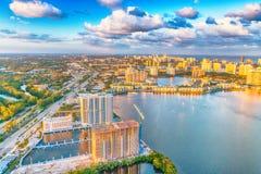 Miami Beach flyg- sikt med vatten, byggnader och den viktiga vägen Arkivbilder