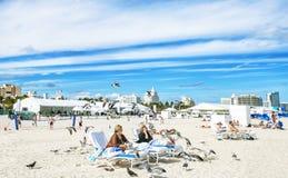 MIAMI BEACH, LA FLORIDA, LOS E.E.U.U. - 7 DE FEBRERO: Familias Vacationing encendido Imagen de archivo libre de regalías