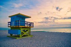 Miami Beach livräddare Stand i den Florida soluppgången arkivfoto