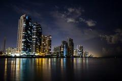 Miami Beach på nigh havkustbyggnader royaltyfri fotografi
