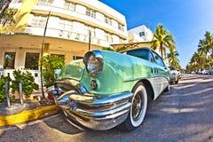 Gammala Buick från 1954 stativ som dragning framme av det berömda Avalon hotellet i Miami Beach Royaltyfria Foton