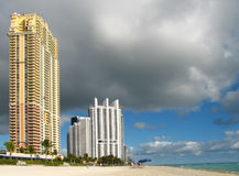 Miami- Beachansicht mit bewölktem Himmel stockbilder