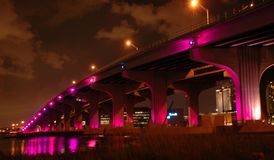Miami-Brücke nachts lizenzfreie stockfotos