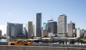 Miami centrum och gulingtaxitaxi Arkivbilder