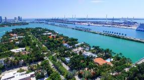 MIAMI - 27 DE FEBRERO DE 2016: Barcos de cruceros en el puerto de Miami La ciudad Fotos de archivo