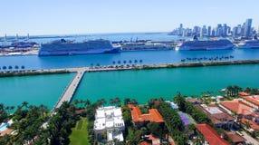 MIAMI - 27 DE FEBRERO DE 2016: Barcos de cruceros en el puerto de Miami La ciudad Imagen de archivo libre de regalías