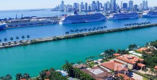MIAMI - 27 DE FEVEREIRO DE 2016: Navios de cruzeiros no porto de Miami A cidade fotografia de stock