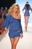 MIAMI - 15 DE JULIO: El modelo camina pista en el L colección del traje de baño del espacio para el verano 2012 de la primavera Fotografía de archivo