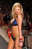MIAMI - 14 de julio: Pista modelo de los paseos de Kate Upton en la colección del traje de baño del conejito de la playa para el v Imagen de archivo libre de regalías