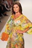 MIAMI - 16 DE JULIO: Pista que camina modelo en la colección del traje de baño de Caffe para el verano 2012 de la primavera Fotos de archivo libres de regalías