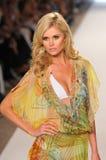 MIAMI - 16 DE JULIO: Pista que camina modelo en la colección del traje de baño de Caffe para el verano 2012 de la primavera Foto de archivo